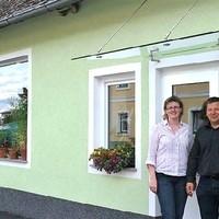 Heidi und Reinhard Derntl vor ihrem neuen Hofladen