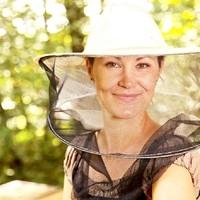 Meine Frau bei den Bienen