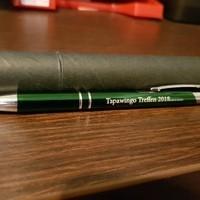 Kugelschreiber mit Laserkravur für Tapawingo Treffen 2018 inkl. runder Geschänksverpackung