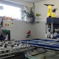 Schleifautomat und Glasbohrmaschine