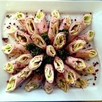Leberkäseröllchen mit Mozzarella und Zucchini Platte