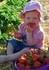 """Schneller als gedacht - ab sofort ist unser Erdbeerfeld wieder für euch geöffnet!  Und jetzt sind die Erdbeeren besonders groß und saftig!  Anna und Florian durften schon am Feld ihres Onkels naschen!   In der Erdbeersaison haben wir bei Schönwetter wieder erweiterte Öffnungszeiten Montag – Samstag: 7:30 – 19:00 Uhr  Sonntag und Feiertag: 9:00 – 19:00 Uhr  Wenn das Wetter sehr wechselhaft ist einfach nachfragen ob das Feld geöffnet ist!   Wir freuen uns auf viele """"naschfreudige"""" Kunden!"""