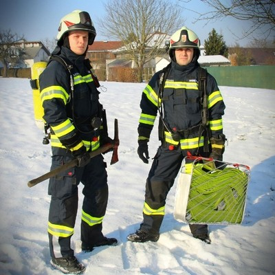 Atemschutzträger mit Feuerwehraxt und Schlauchtragekorb für den Innenangriff