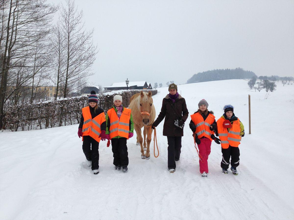 Nanine und Kinder im Schnee