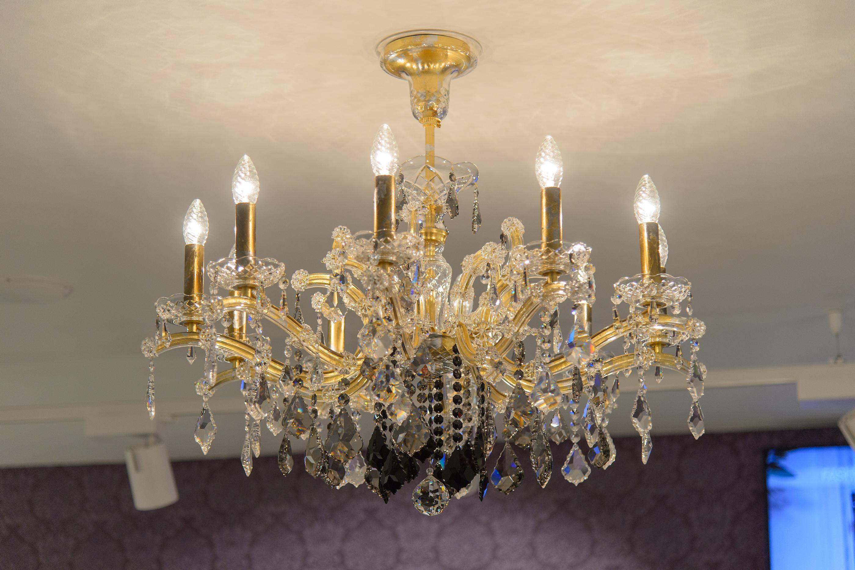 Lila Portal, Baden Maria Theresia Kristall-Leuchte