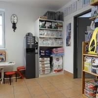 Warteraum mit Kinderspielecke und Shop
