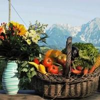 Wunderschöner Blumenstrauß von der Gärtnerei Blumen Kreativ in Windischgarsten und frisches Gemüse aus dem Brunlitzerhof Mischkultur- Garten .