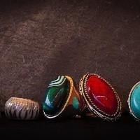Ringe mit gefaßten Edelsteinen