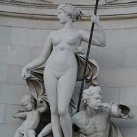 Frauenstatue in Triest