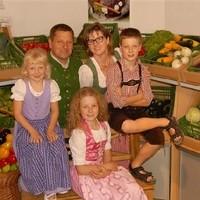 Heidi und Reinhard Derntl mit den Kindern Fabian, Viktoria und Karoline