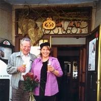 Bei meinem 10-jährigen Jubiläum 2001 überreichte mir Herr Haas sein Wirtskapperl und wunderschöne Rosen.