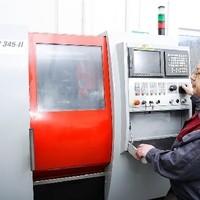 Franz Reisner an der EMCO Drehmaschine