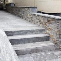 Keramische Platten mit Granitplatten kombiniert, lose verlegt (9)