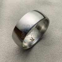 Innenliegende Gravur in einem Ring aus Edelstahl