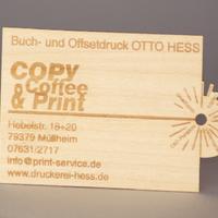 Visitenkarte aus Buchenfurnier, lasergraviert und -geschnitten