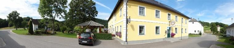 Aussenansicht Gasthaus mit Gastgarten