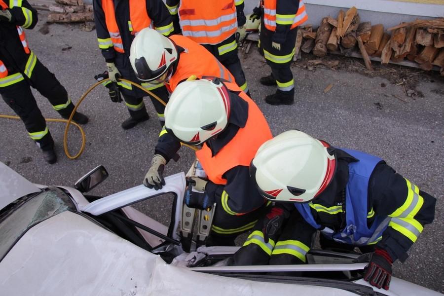 Übung: Verkehrsunfall mit eingeklemmten Personen