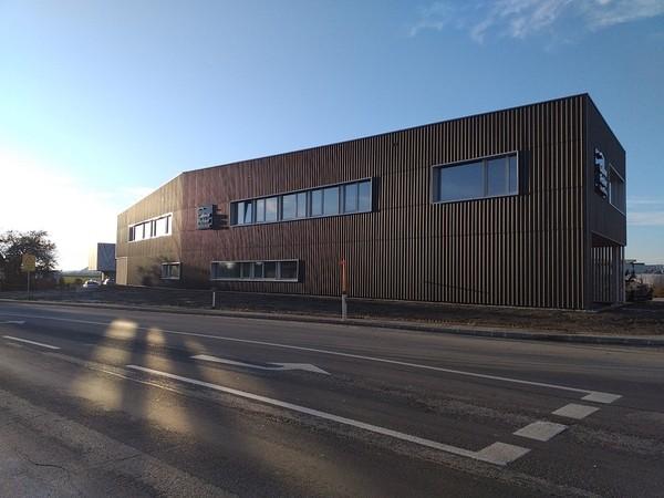 Welleternitfassade und Flachdach