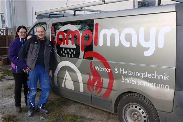 Brigitte und Gerhard Lamplmayr vor Bus