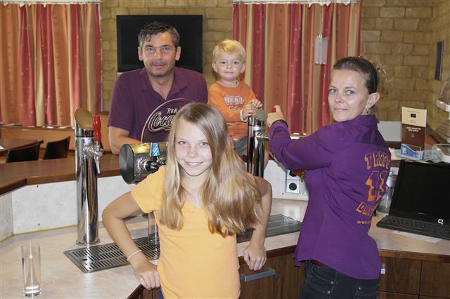 Die Wirtsleute Melanie und Erich mit den Kindern (1)