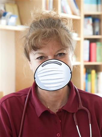 Dr. Csanády mit Maske 340x457